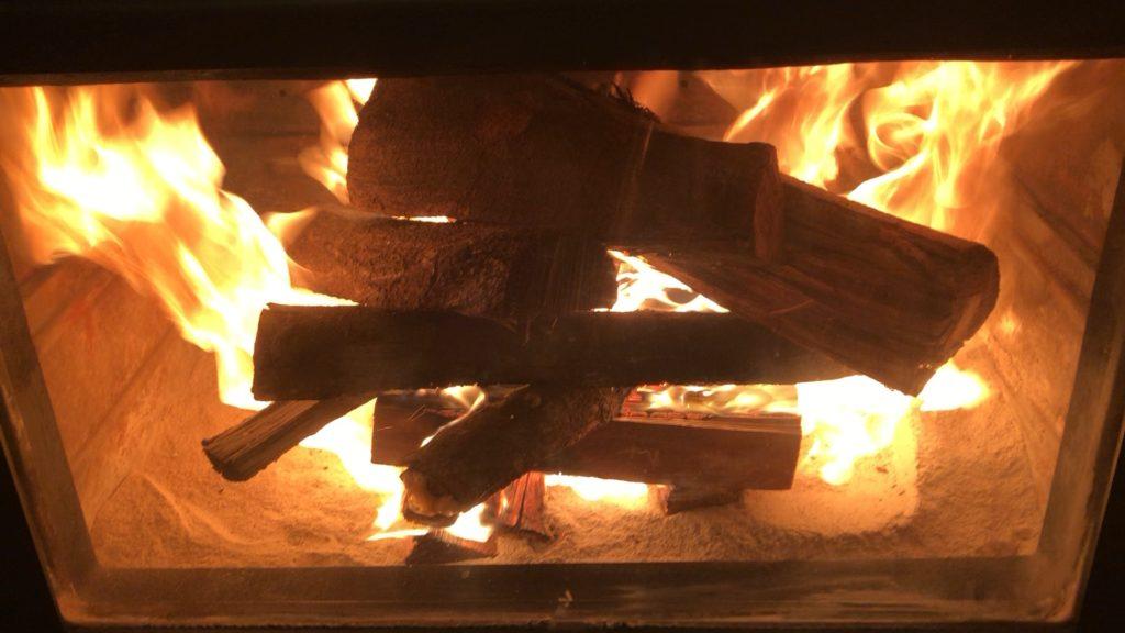 焚き始めの薪ストーブ画像、薪が燃えている様子