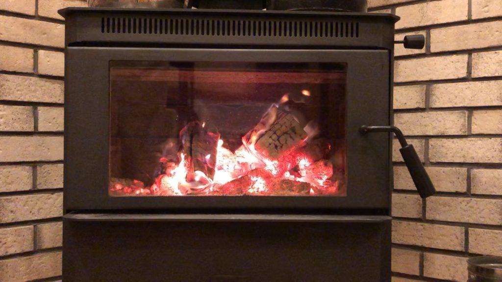 薪ストーブに熾火が出来、赤々と燃えている画像