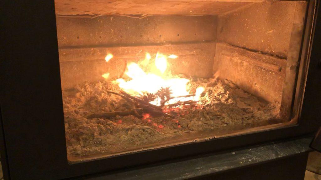 薪ストーブ焚きはじめの様子、煙が出ている画像
