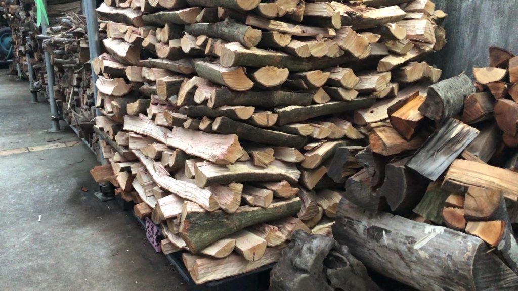 自宅で薪を平積みして雨に打たせている様子の画像