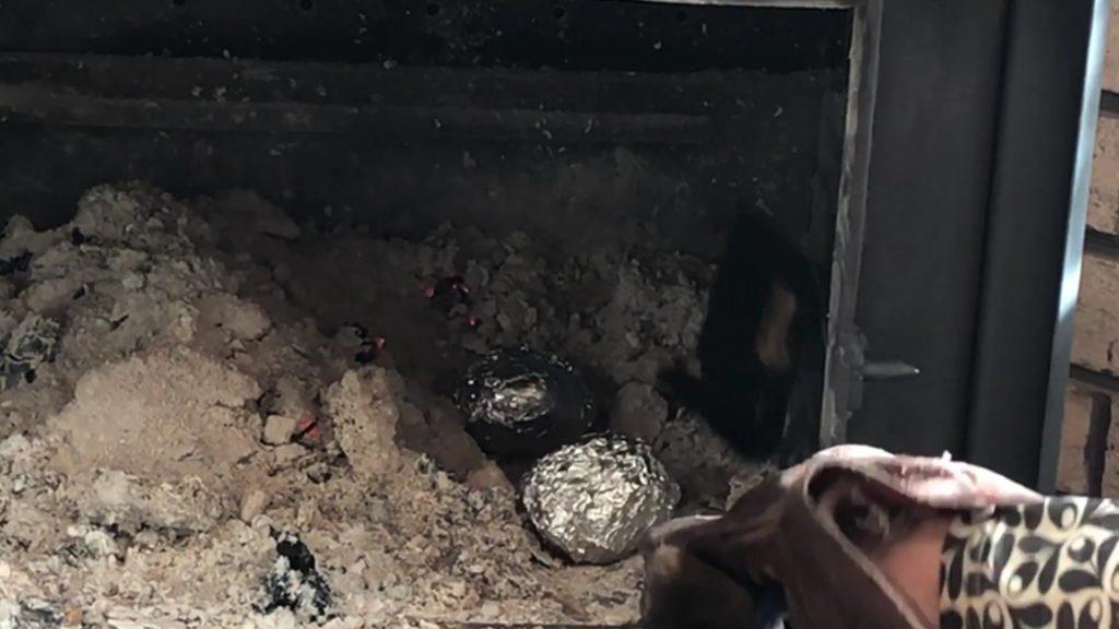 焼き芋(灰の中で焼く)