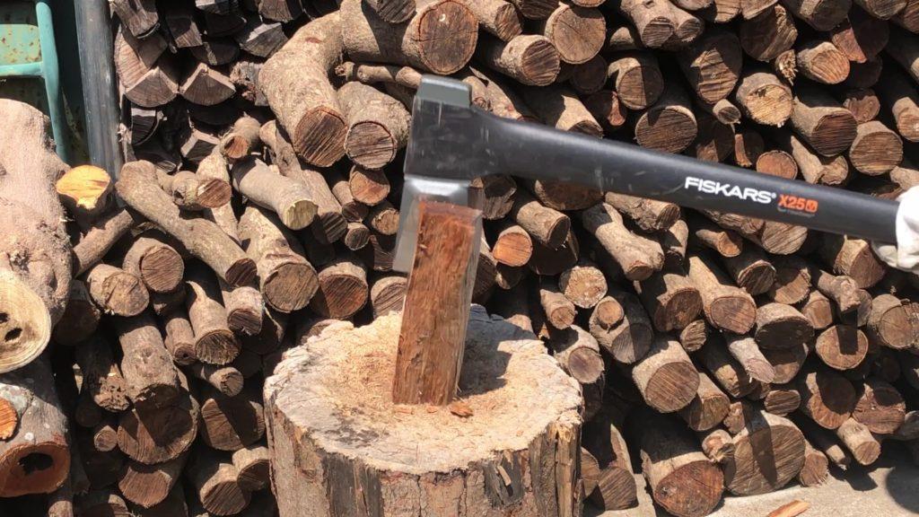 乾燥途中の薪を割る
