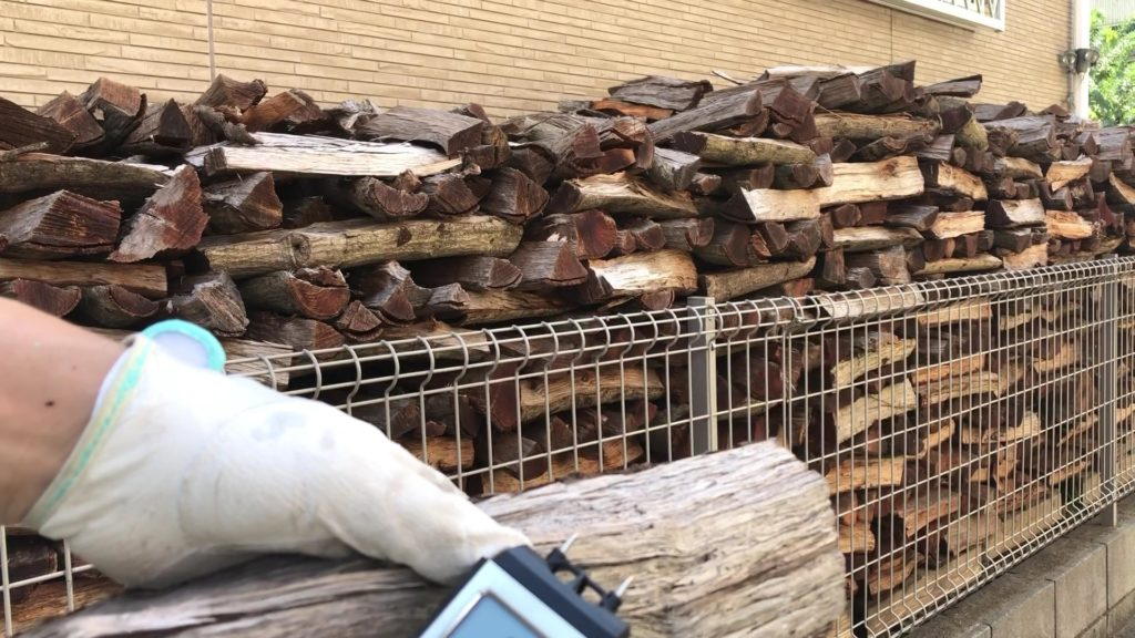 乾燥途中の薪