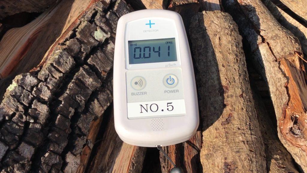 乾燥途中の薪の上で計測