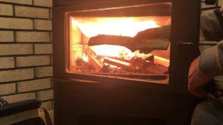 長さ35㎝の薪を焚く