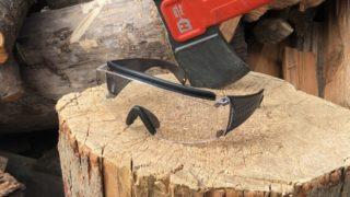 手斧と保護メガネ